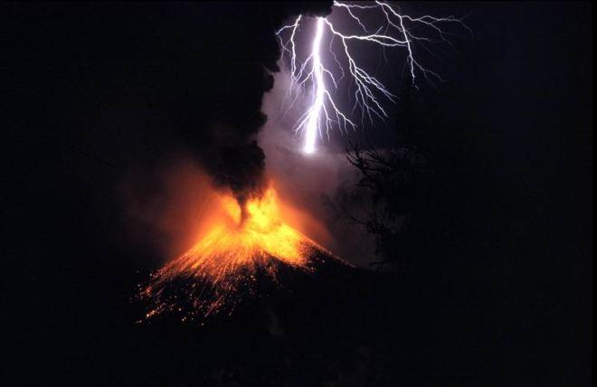 Eruption of Mount Rinjani in Indonesia in 1994. Credit: Oliver Spalt.
